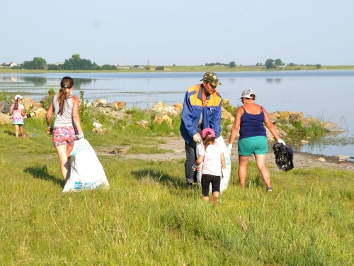 С чистыми намерениями. Жители Кузнецкого навели порядок на берегу местного водоёма