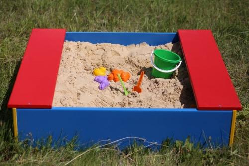 Бери совочек, иди в песочек! Детским площадкам в Карабаше добавили комфорта
